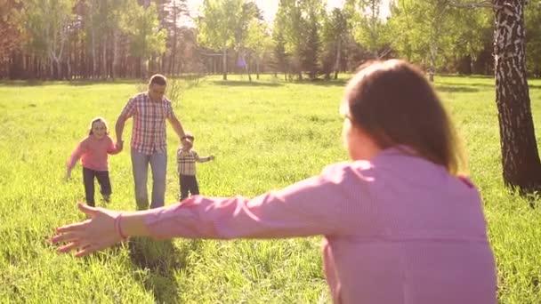Veselá rodina objímání v Sunny Park detail.