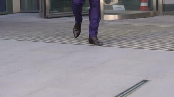 Közeli kép a lábát a cipő walking üzletember.
