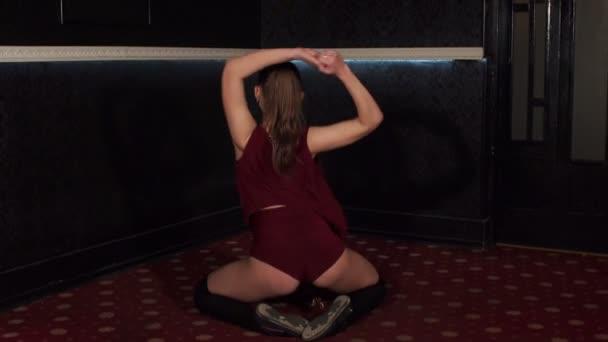 Krásná sexy dívka tanec twerk sedí na podlaze