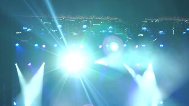 Fehér színpadon lights szabad koncertterem.