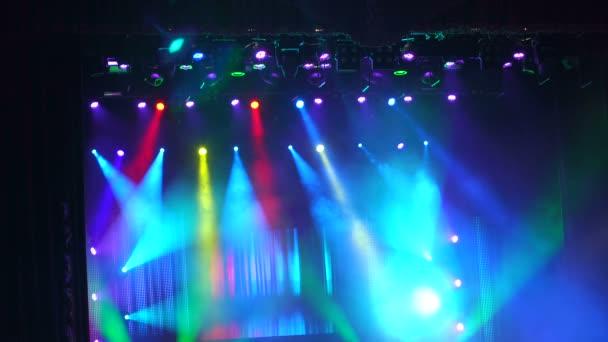 Sok spotlámpa, hogy megvilágítsa a színpadon a koncert.