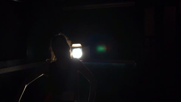 Sziluettjét a lány szexi tánc tánc sötétben