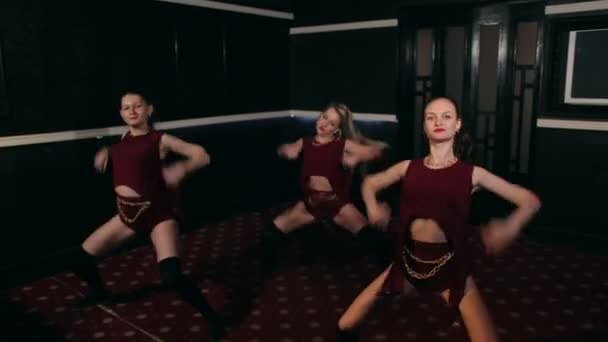 Tři sexy holky tanec twerk v temné místnosti