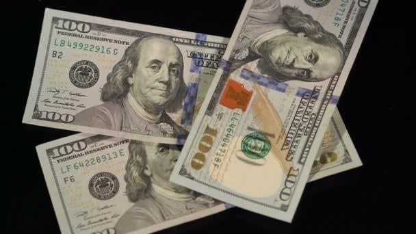 Mnoho stovek dolarové bankovky na detail tabulky