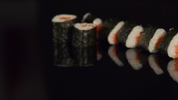 A japán sushi-fekete háttér közelről a sor