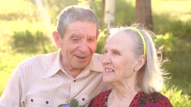 Portrét starších prarodičů v Sunny Park.