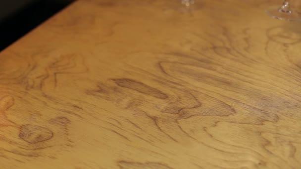 Detail desky sýrů na dřevěný stůl.