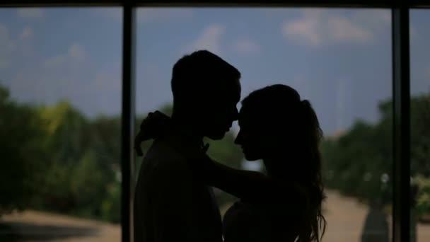 Milující pár objímání a líbání ve tmě