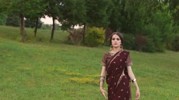 Porträt der jungen Inderin mit Tattoo mehndi