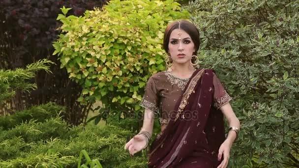 Porträt von schönen Mädchen in indischen Kleid im Park