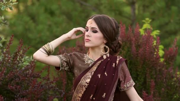 Porträt eines Mädchens in indisches Kostüm Sari im Park.