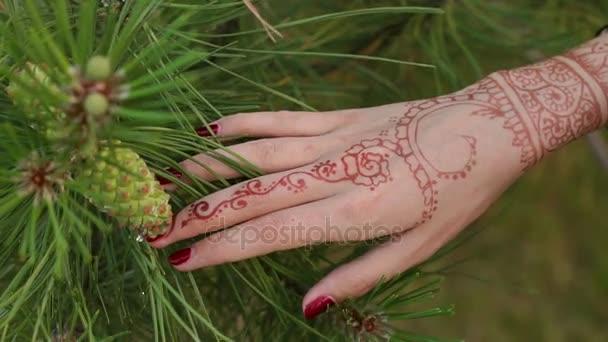 Lányok viszont indiai mehendi rajzokkal, zár-megjelöl