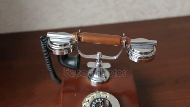 Trauringe auf Vintage-Telefon, Nahaufnahme.