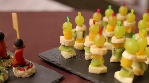 Ovocné jednohubky na stole v bufetu nebo banketu.