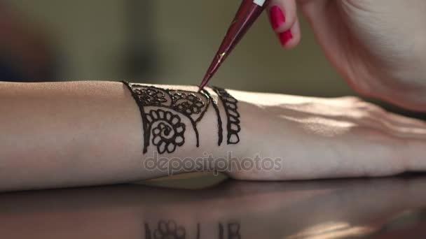 Henna art. Nő felhívja mehndi a kézen