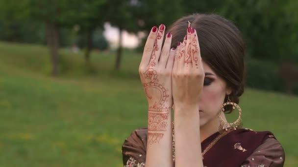 Mädchen hand mit indischen Mehendi Zeichnungen, Close-Up