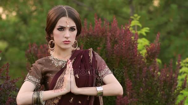 Porträt der Inderin mit Mehndi-Muster