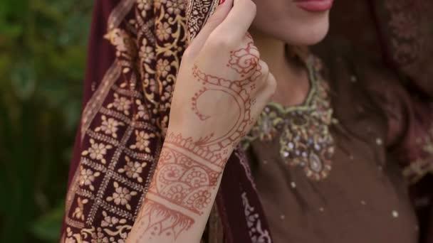 Porträt einer indischen Frau mit verdecktem Kopf.