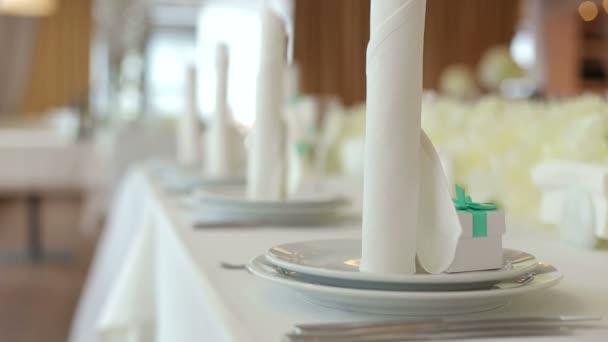 Stůl v restauraci polité destičky a ubrousky