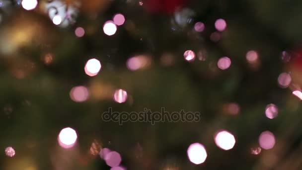 Rozmazané vánoční strom s fialovým světla. Bokeh