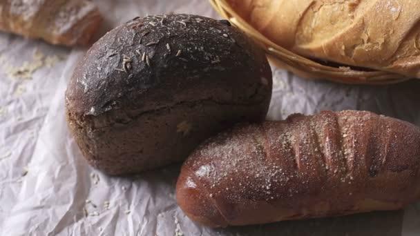 A kosárban a close-up tábla különböző kenyér.