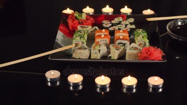 Detail sushi v čtvercové desky na stůl