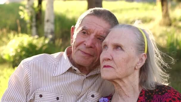 Portrét starších osmdesáti let v parku.