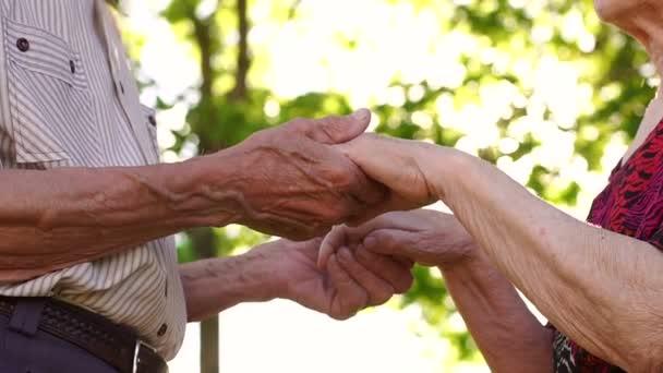 Mani di una coppia di anziani, spiegazzate close-up