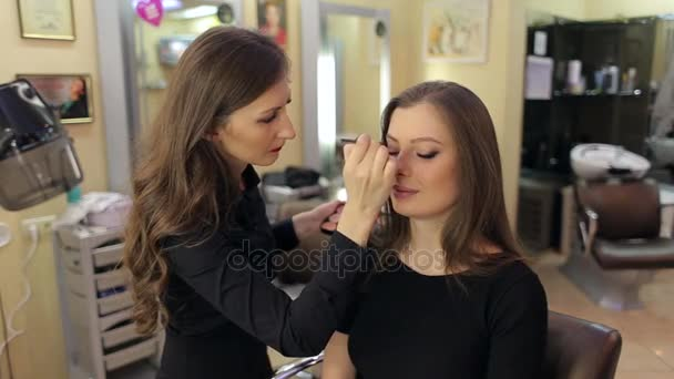 Profesionální vizážistka dělá make-up pro dívku