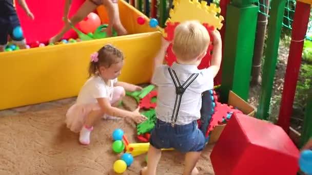 Kicsi gyerekek játszani rejtvények a játszótér