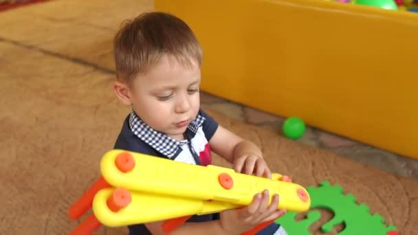 Legrační chlapec si hraje s hračkami v MŠ, slowmo