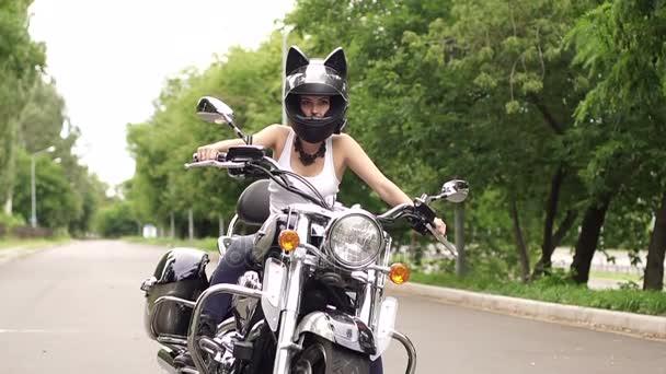 Fille Assise Sur Une Moto En Casque Avec Oreilles De Chat Vidéo