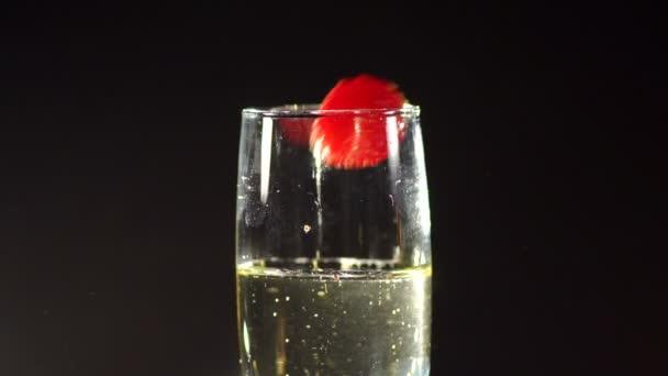 Jahody v sklenku šampaňského ve tmě