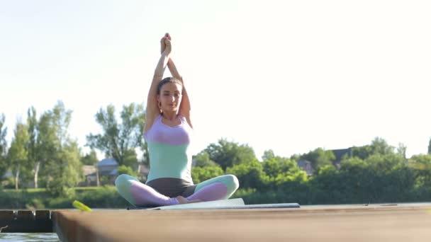 Junge Frau Yoga zu praktizieren, im Lotus Pose sitzen