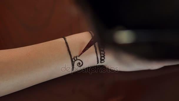 Umělec použití henna tetování na ruce nevěsty. 4k