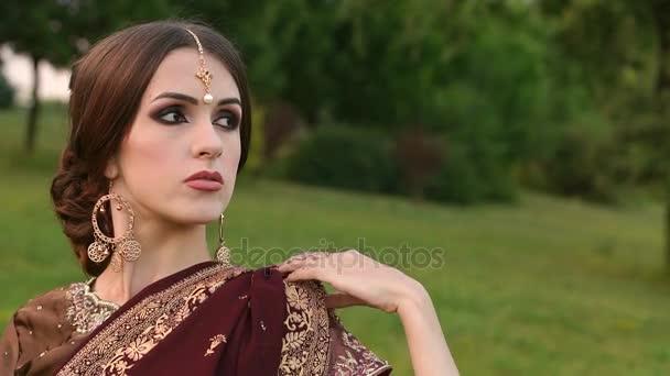 Wunderschöne indische Mädchen in Sari Kostüm im park