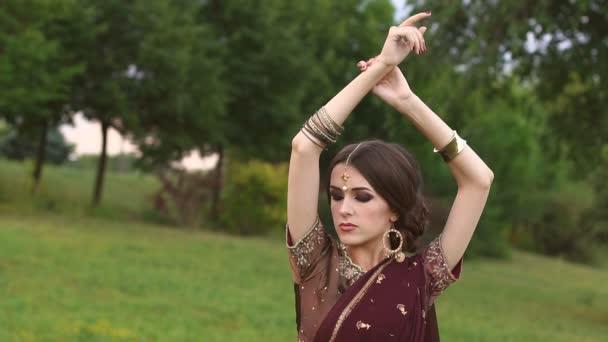 Indische Mädchen trägt einen Sari im Park