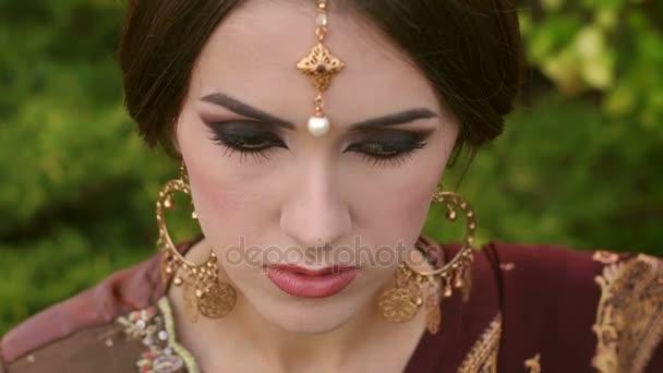 Nahaufnahme eines Mädchens in traditionellem indischen Schmuck.