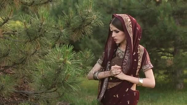 Porträt eines Mädchens in roter indischer Tracht.