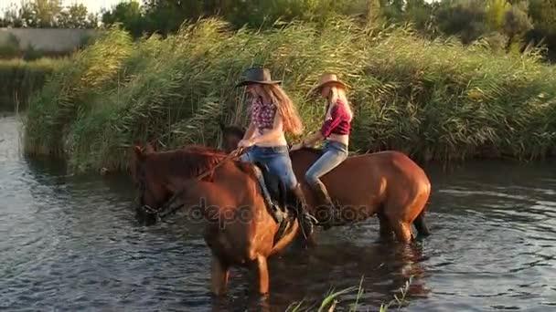 Due ragazze fare il bagno i loro cavalli nel lago, mo lento — Video ...