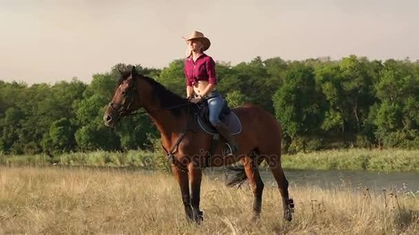 Lány ül a lovon, és pózol a kamera.