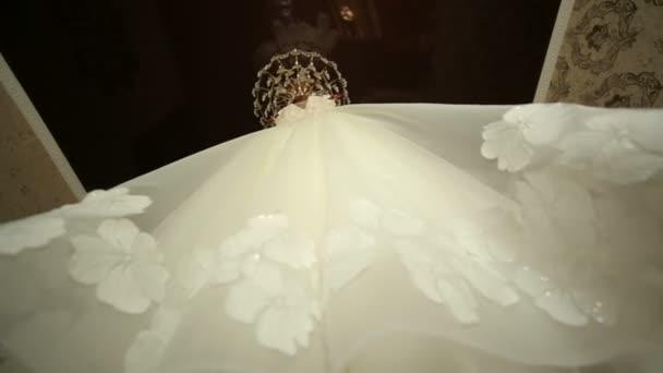 Krásné svatební šaty na lustr