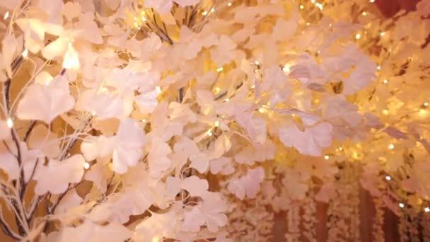 Albero artificiale fatta di carta con luci, arredamento