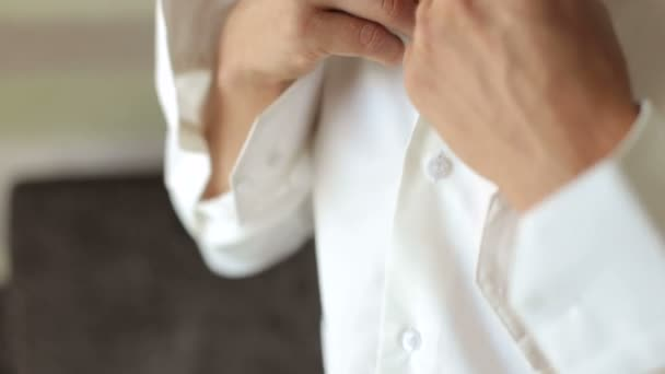 Detail mladý podnikatel knoflíky košile