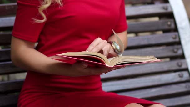 Detail samice ruky s knihou. Zpomalený pohyb
