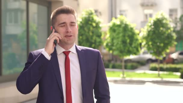 Businessman talking on phone in city Park.