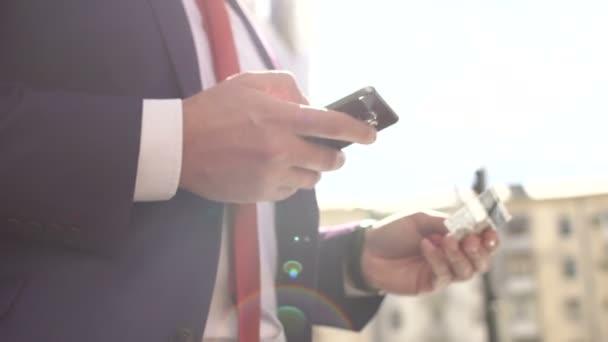 Az ember fizet egy beszerzési telefonon kártyával.