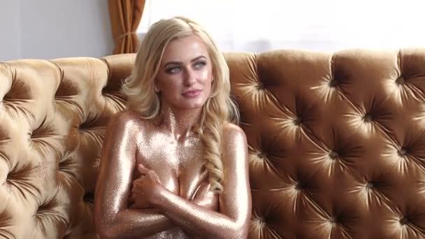 Arany lány magában foglalja a csupasz mell, kezével.