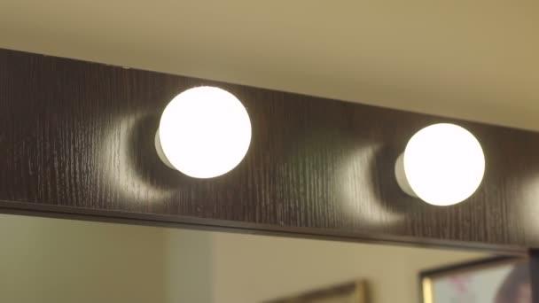 Spiegel Met Lampen : Make up spiegel met lampen in de schoonheidssalon u stockvideo
