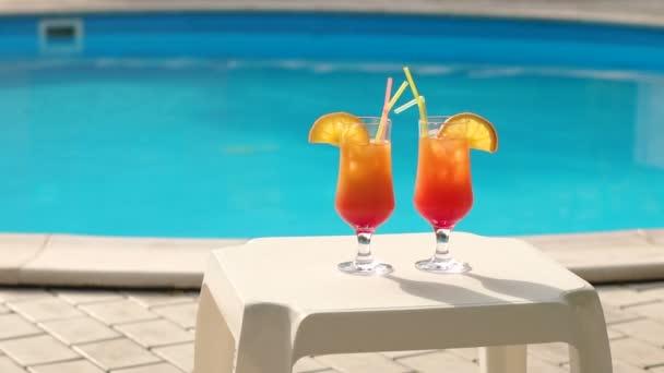 Koktejl na pozadí fondu dvě oranžová.